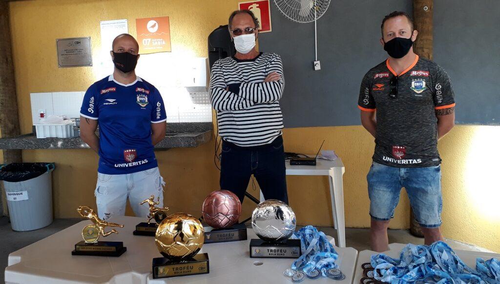 O diretor de Esportes, Rui César Moraes, entre os irmãos Mateus Brandão e Hugo Brandão
