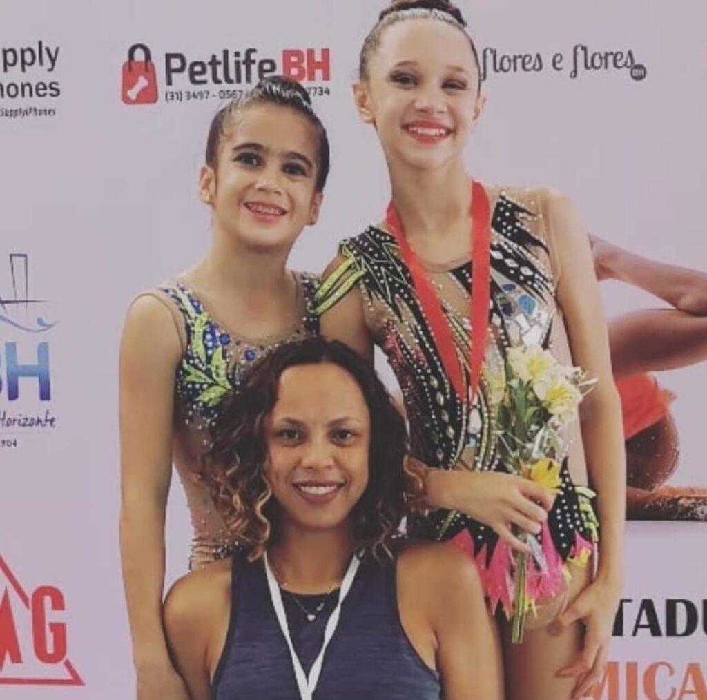 A técnica Daniela Oliveira com as ginastas Julia Santos e Letícia Carvalhais